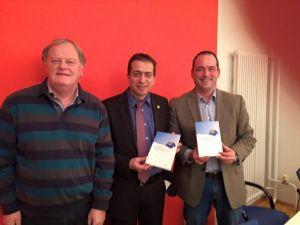 Dirk Loßack und Ulf Daude erhalten Buch zur Schulentwicklung