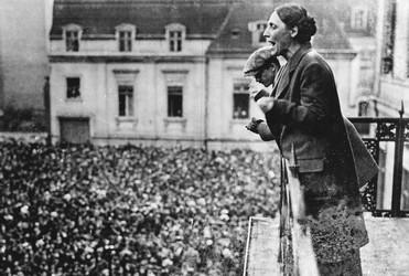Marie Juchacz redet in Berlin, 1919