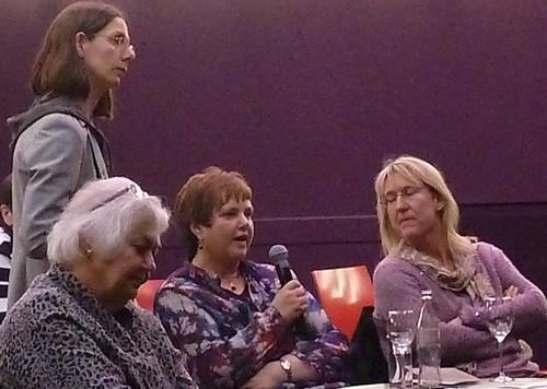 Andrea Dohse, Vorsitzende des verdi-Bezirksfrauenrates, stellt eine Frage.