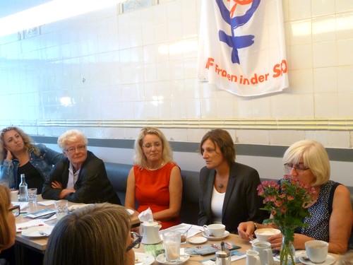 Britta Ernst (2. v.r.) mit Frauen der AsF Kiel