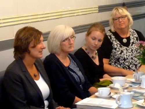 Gleichstellungsbeauftragte Helga Rausch (r.) und Mitarbeiterinnen hören Britta Ernst zu