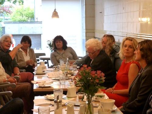 Lebhafte Diskussion im Werkstatt-Café
