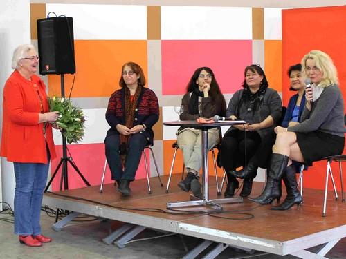 Ingrid Lietzow und Antje Möller-Neustock /(rechts) mit den Teilnehmerinnen au dem Iran, der Türkei, El Salvador und den Philippinen.