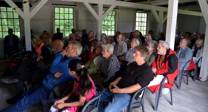 Publikum im Pferdestall von Gut Seekamp