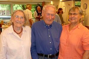Gerda Waldheim und Theo Sakmirda mit Moderatorin Susanne Kalweit