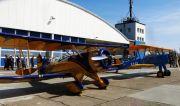 Altes Flugzeug vor einem Hangar