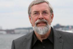 Mann mit Brille und grauem Haar
