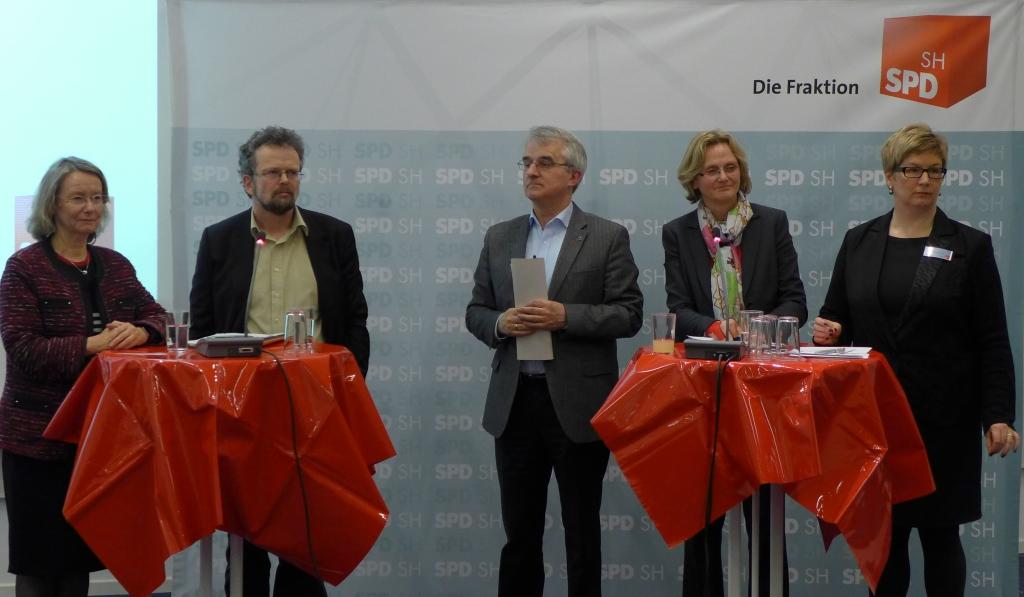 Regina Poersch und die Referenten während der Diskussion