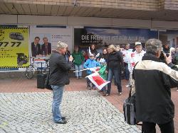 MdL Birte Pauls spricht zu den Kundgebungsteilnehmern