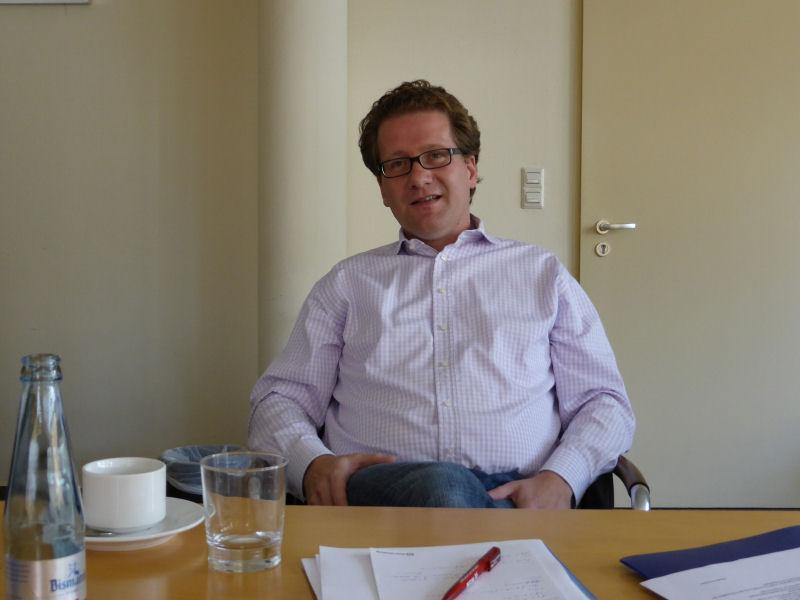 Foto: Martin Habersaat beim Gespräch in Reinbek