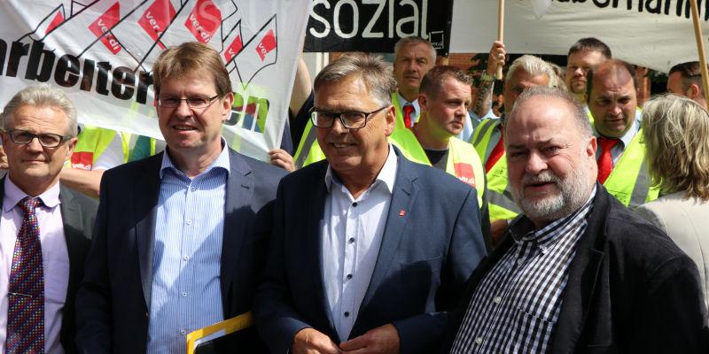 Foto: Demo vor dem Landeshaus