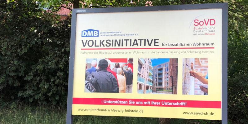 Die Initiative wirbt landesweit mit Plakaten (hier in Mölln)